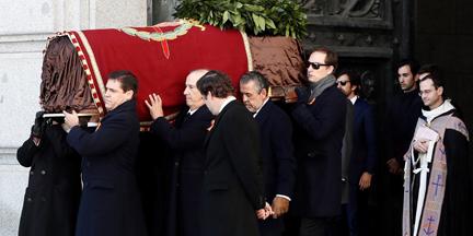 Nietos y bisnietos de Franco sacaron el féretro sin la bandera franquista que llevó Francis Franco. / EP