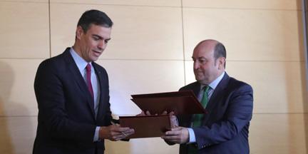 Ortuzar, en primero en firmar con Sánchez un acuerdo tras hacerse público su pacto con Iglesias. / EP