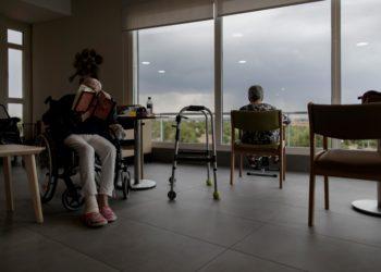El informe recoge las instrucciones que se dieron en la Comunidad de Madrid para excluir a ciertas personas de la atención sanitaria. / EP