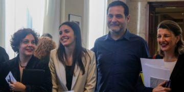 El nuevo jefe de gabinete de Yolanda Díaz, Josep Vendrell, entre la propia vicepresidenta e Irene Montero durante su etapa como diputado de En Comú Podem. /EP
