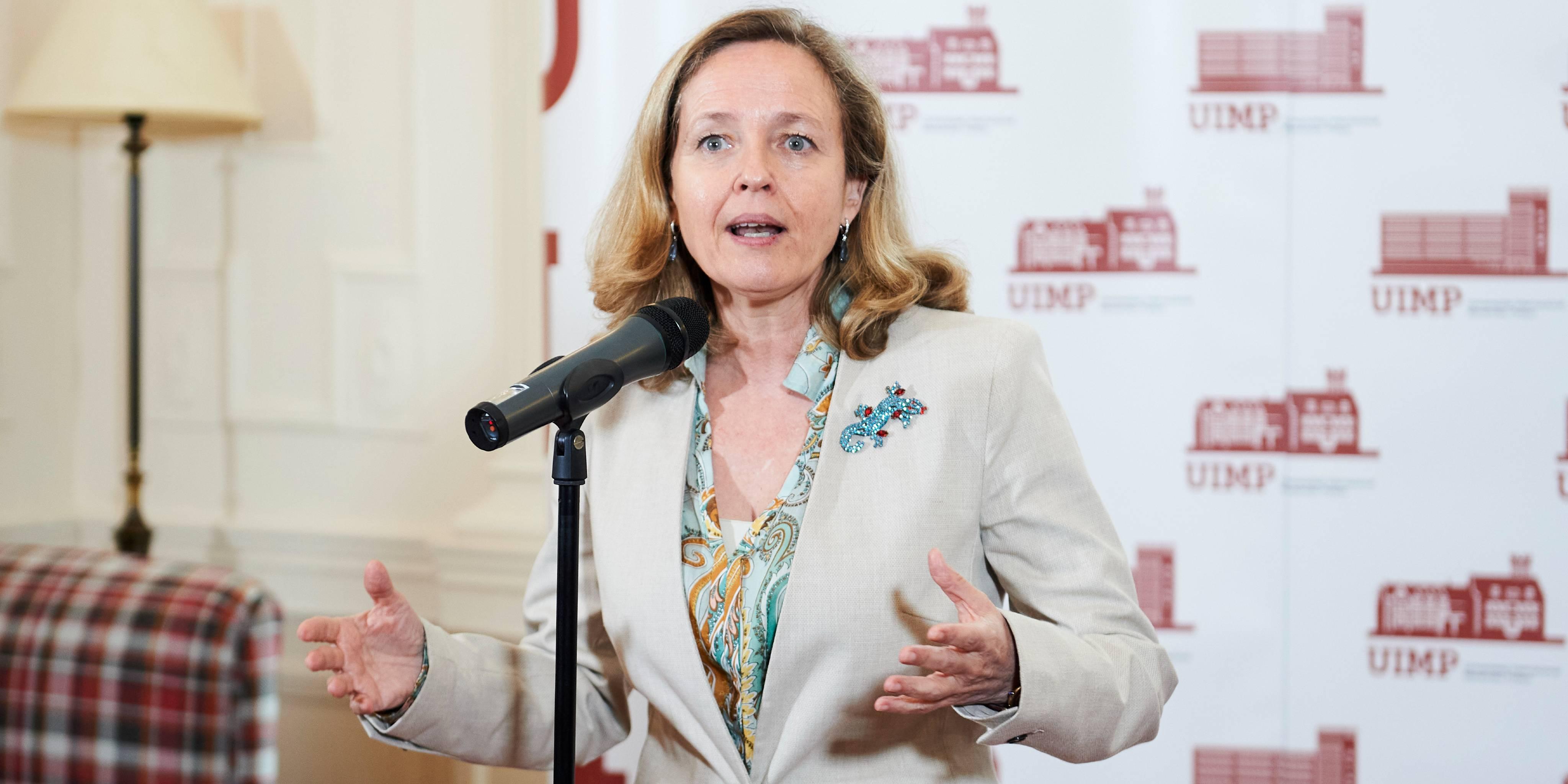 La comisión de expertos reclutada por Trabajo defiende subir el SMI este mismo año, a lo que Nadia Calviño se opone. / EP